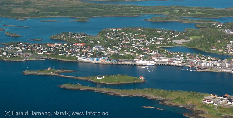 Brønnøysund. Blå bygninger midt på er Brønnøysundregistrene. Foto fra Widerøe, 12. juni 2013.