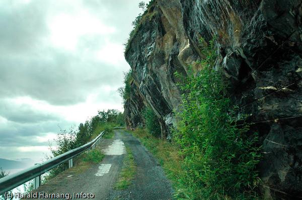 Veggen, fraflyttet område rett ovenfor Narvikhalvøya, tidligere fast bosetting med småbruk. Tidligere en del av Narvik kommune, men siden 1999? utskilt, og nå en del av Evenes kommune. Veien opp fra Vegget og inn mot Rv 19.