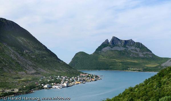 Tettstedet Gryllefjord på Senja med Inkjetinden (575) i bakgrunnen.