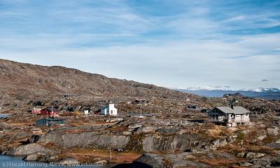 Foto ned mot platået, og med kapellet midt på. Bjørnfjell, hytte langs veien fra Grusgropa og mot Brudeslørvann. Foto: 5. oktober 2014. Del av bildeserie med hytter  brukt i Fremover  lørdag 20. desember 2014.