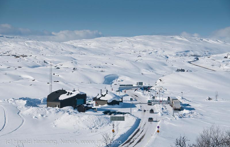 E10, riksgrense Norge-Sverige ved Bjørnfjell. Påskestengt tollsted. Trailer venter. Mellomriksveien også i bakgrunnen. Foto påske 2012: 8. april.