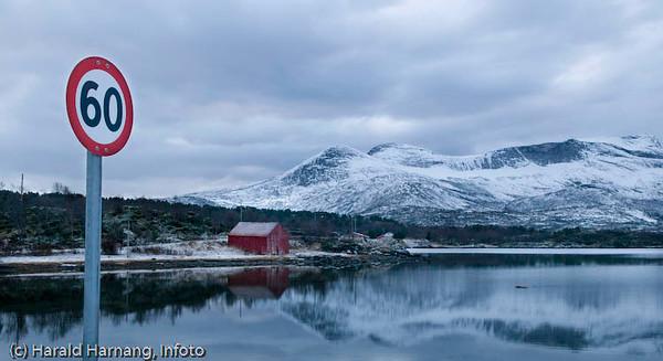Langvågen i Efjord. Overskyet og mørketid. Og 60 km/t.