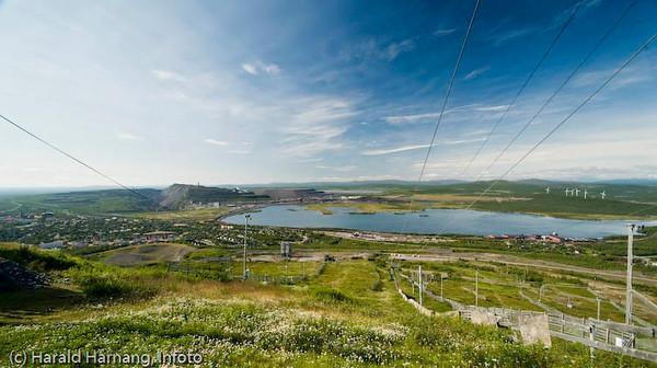 Kiruna, sommer 2008. Foto fra gamle Luossavarre der det i dag er skianlegg. Til venstre i bakgrunnen LKABs anlegg og til høyre de gamle vindmøllene.