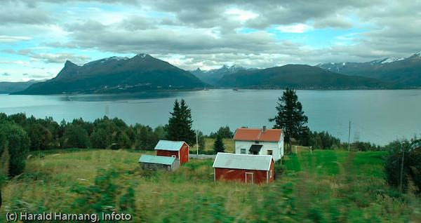 Veggen, fraflyttet område rett ovenfor Narvikhalvøya, tidligere fast bosetting med småbruk. Tidligere en del av Narvik kommune, men siden 1999 utskilt, og nå en del av Evenes kommune.