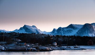 Kuglhornet til venstre. Så snippen av Stetind (flat topp). I forgrunnen hytter ved Skarstad. Efjord. 18. januar 2014.