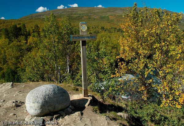 Dag Hammarskiøld-leden, ca 4 km sør for Abisko Turiststasjon, Abisko Nasjonalpark. Innskripsjon på steinen: Den långsta resan er resan innåt. Skilt: Meditationsplats.