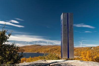 Jugoslavisk krigsminnesmerke ved Øvre Jernvann. I bakgrunnen Nordkraft Vinds 14 møller i mølleparken på Skitdalshøgda. 15. sept 2014.