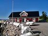 Kaia kafe i Kjeldebotn i Ballangen kommune. Stabbesteiner mot havet er åpenbart stein fra dolomitt-bruddet på Hekkelstrand, nær Kjeldebotn.