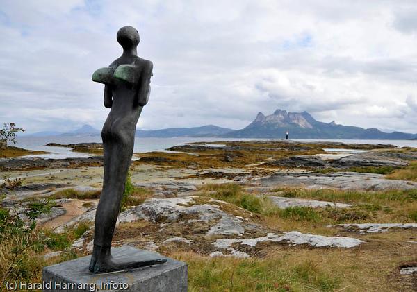"""Tranøy i Hamarøy. Liten skulptur, del av Tranøy Skulpturpark. """"Disse alt for mange ting jeg ville ha"""", 2003 av Anne Britt Nedland."""