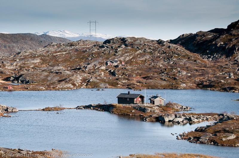 Nesten på ei øy. Men bare nesten. Bjørnfjell, hytte langs veien fra Grusgropa og mot Brudeslørvann. Foto: 5. oktober 2014. Del av bildeserie med hytter  brukt i Fremover  lørdag 20. desember 2014.
