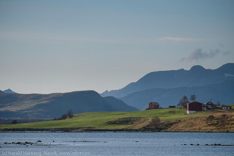 I nærheten av Vikingeskipet, nord for Leknes.