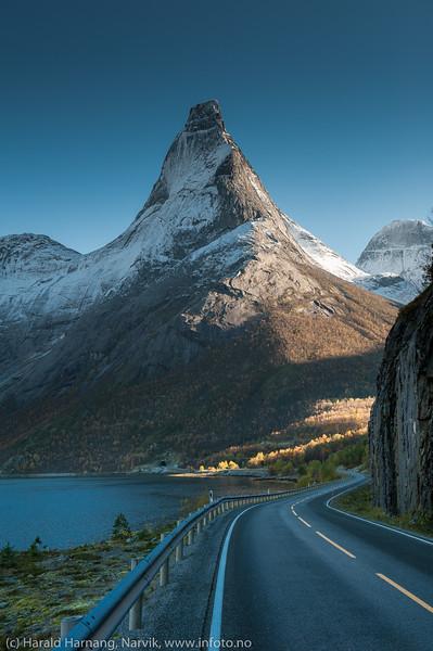 Norges nasjonalfjell. Stetind, Tysfjord kommune. Foto på veien nordover fra Kjøpsvik.