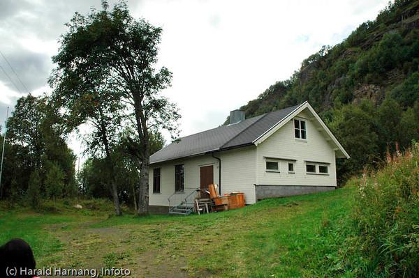 Gammelskolen i Veggen, fraflyttet område rett ovenfor Narvikhalvøya, tidligere fast bosetting med småbruk. Tidligere en del av Narvik kommune, men siden 1999 utskilt, og nå en del av Evenes kommune. Samfunnshuset i bygda.