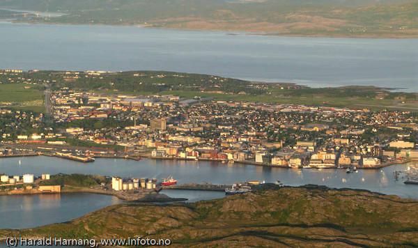Flyfoto av deler av Bodø by. Flyplassen til høyre i bildet