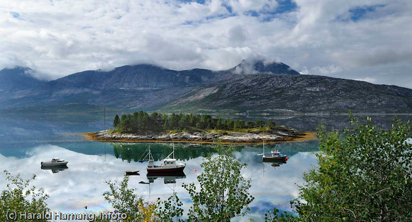 Holme i Efjorden med hytte på. Nær E6, i området mellom tunnell og Efjordbru. I bakgrunnen og delvis i skyene sees Kuglhornet.