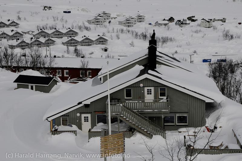 Mai 2011: Riksgränsen, Sverige. Tidligere fotograf Hörnells bolig. I bakgrunnen Marie Pigg.