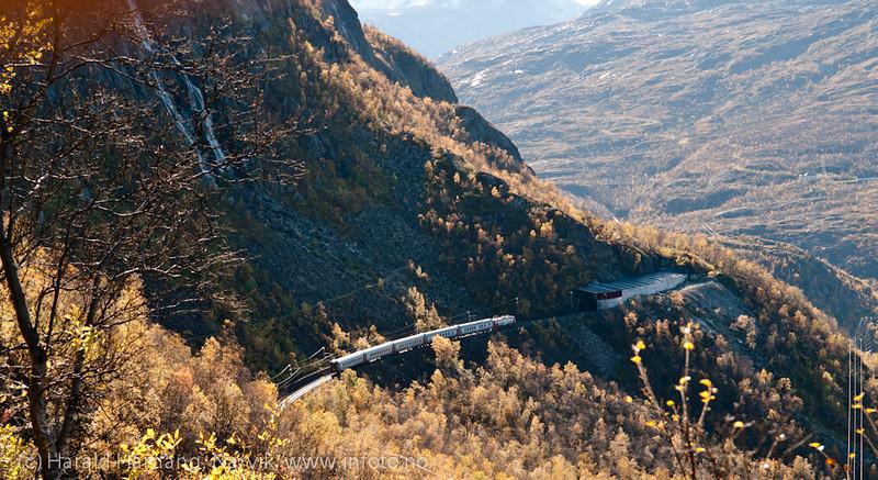 Persontog fra Sverige på tur mot Narvik, i Fagerlia, rett nedenfor Brudeslørene. Rallarveien i skråningen ovenfor.