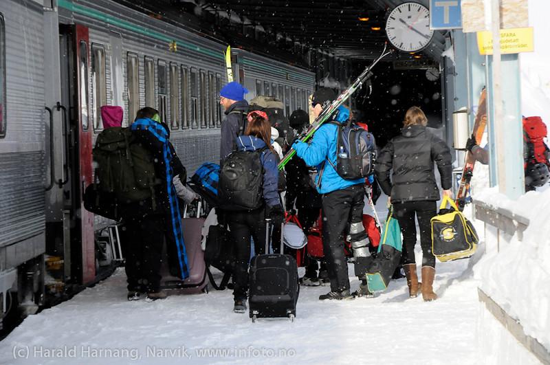 mars 2011: Skiturister kommer på toget fra Narvik -> Stockholm, her på Riksgränsen stasjon på Ofotbanen