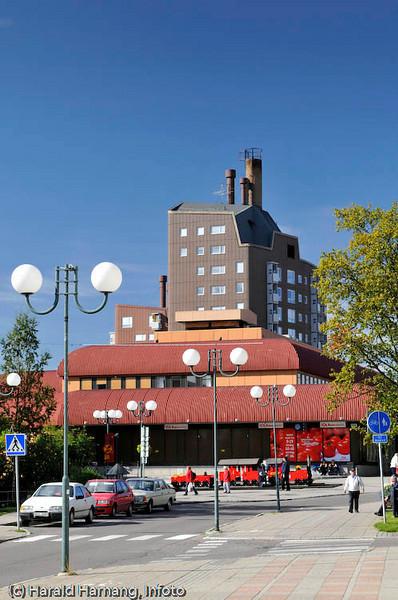 Kiruna, sommer 2008. Høyhus i Kiruna. I forgrunnen et eldre handlesenter.