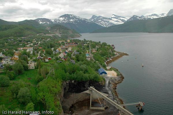 Norcems sementfabrikk i Kjøpsvik, Tysfjord kommune. Utsikt innover Tusfjorden, og med deler av Kjøpsvik til venstre.