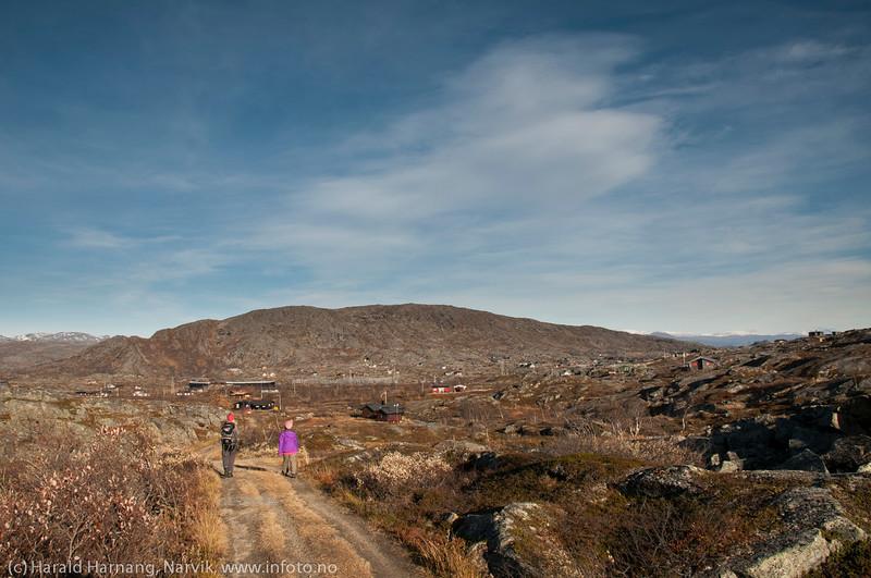 Utsikt fra Grusgropa og nedover mot platået. Bjørnfjell, hytte langs veien fra Grusgropa og mot Brudeslørvann. Foto: 5. oktober 2014. Del av bildeserie med hytter  brukt i Fremover  lørdag 20. desember 2014.