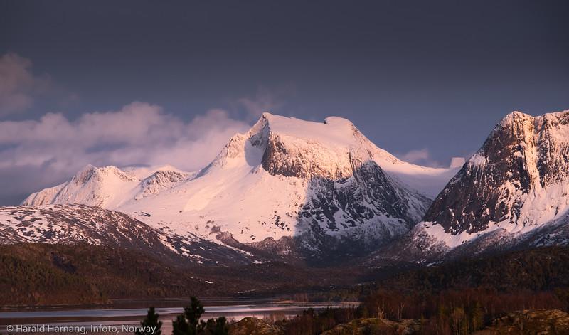 Kuglhornet midt på. I skaret mot høyre sees Stetind - norges nasjonalfjell. Efjord, tidligere Ballangen kommune, nå Narvik kommune. Foto 28. april 2021.