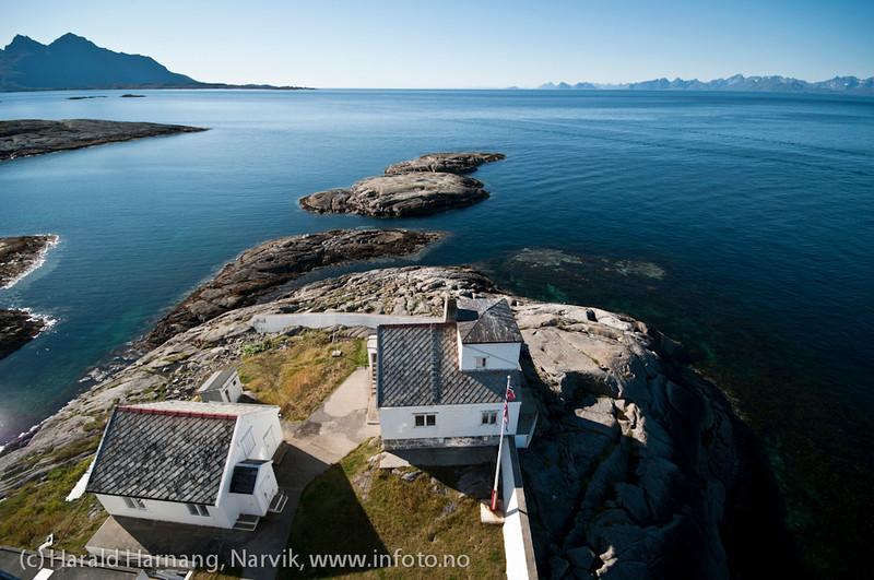 Foto fra toppen av Tranøy fyr, utsikt vestover, Tranøy i Hamarøy kommune, Nordland. Lofotfjellene til høyre mot horisonten.