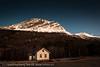 Gammel forlatt skolebygning i Skjomen. Svakt rødt lys fra sør farger litt av landskapet. 21. desember 2012 og årets mørkeste dag.