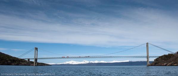 Skjomenbrua: Skjomen bru er ei hengebru i stål som krysser fjorden Skjomen ca. 20 km sør for Narvik i Nordland. Brua er 711 meter lang, med største spenn på 525 meter og seilingshøyde 35 meter. Brua har 9 spenn. Den er en del av europavei 6.  Skjomen bru ble åpnet 10. november 1972. (Tekst fra Wikipedia). Ved åpning var brua den lengste hengebrua i Norge.