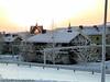 Kiruna, kald dag med sørlyset. Kiruna kirke bak, men med sola gjennom vinduene.