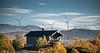 Hytte på Nygårdsfjell. Vindmølle på hytta og i bakgrunnen Nordkraft Vinds 14 møller i mølleparken på Skitdalshøgda. 15. sept 2014.