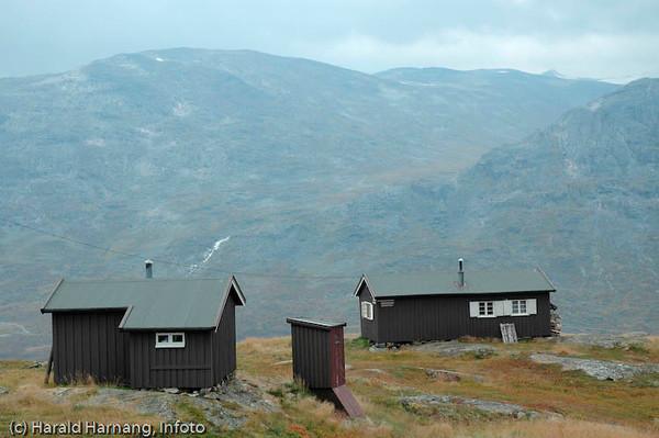 Skjomfjellet, Losi. Sikringshytte til Navik og Omegn Turistforening (nærmest) og hovedhytta nederst. Losi.