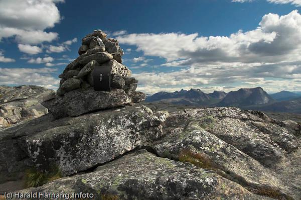 Skarstadtoppen. I horisonten Stetind og Kuglhornet, samt fjellene sør for Efjorden.
