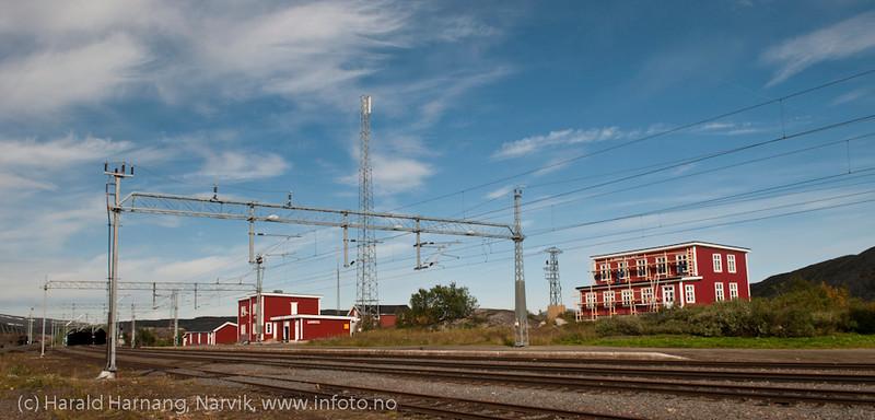 Bjørnfjell jernbanestasjon på Ofotbanen, aug 2011. Bjørnfjell Turiststasjon (Bjørnfjellhus) under restaurering.