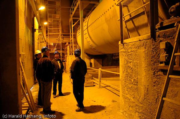 Norcems sementfabrikk i Kjøpsvik, Tysfjord kommune. Til høyre en av de lange ovnene som brenner kalkstein til sement-pellets.