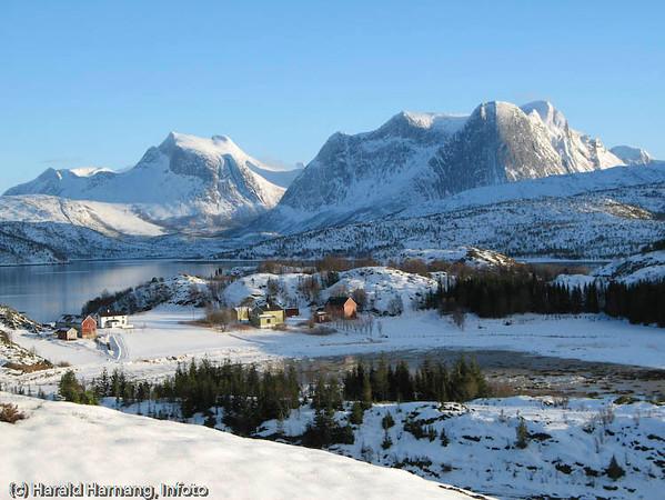 Rødøya, Efjord i Ballangen kommune. I bakgrunnen til venstre fjellformasjonen Kuglhornet. Såvidt synlig midt på bilder ser vi toppen av Norges nasjonalfjell Stetind.