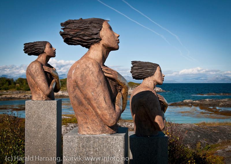 """Statuer på Tranøy i Hamarøy kommune, Nordland. """"Kystkvinner"""", laget av Ingun Dahlin i 2010."""
