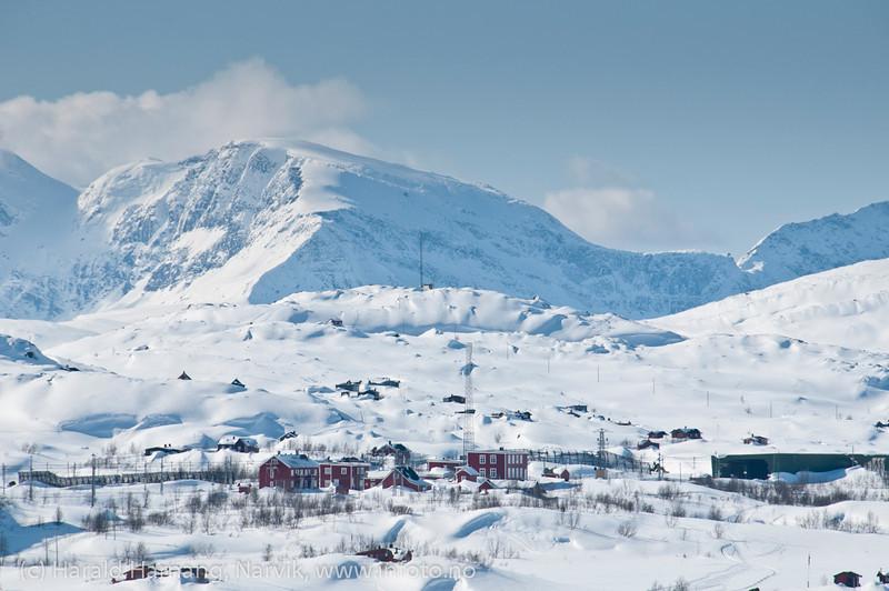 Bjørnfjell stasjon på Ofotbanen. Foto fra svensk side av grensen. Norske fjell i bakgrunnen. Foto 8 april 2012.