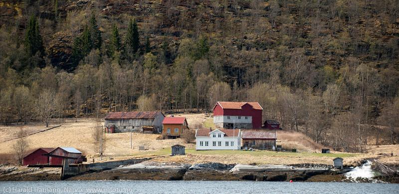 Forsheim, hytter, nedlagt gårdbruk, forskningsstasjon, sørsiden av Skjomenfjorden.