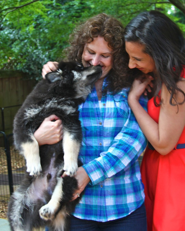 VISITORS ON MONDAY...ONNI WAS SUCH A HAM.  THIS IS LESLIE AND NATASHA WHO I DID A PHOTOSHOOT WITH.