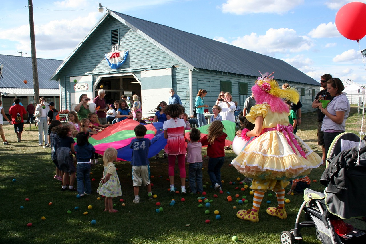 There was a really fun looking clown having fun with the kids.