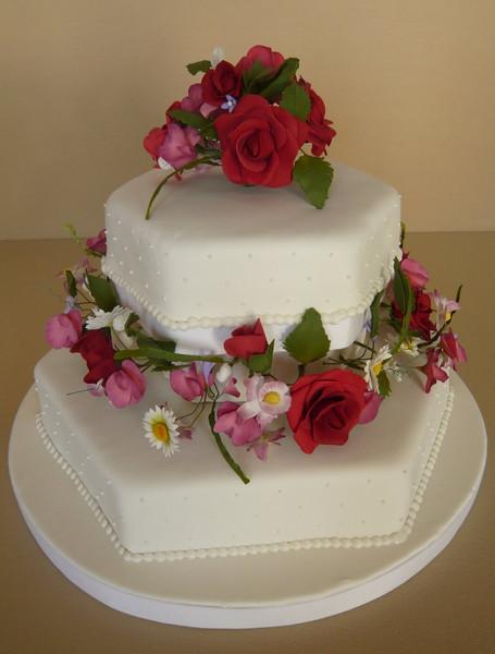 Para un gran festejo!!! Torta de bizcochuelo rellena de dulce y chocolate, bañada en fondant. Las flores realizadas en azúcar de manera artesanal y con mucho amor.