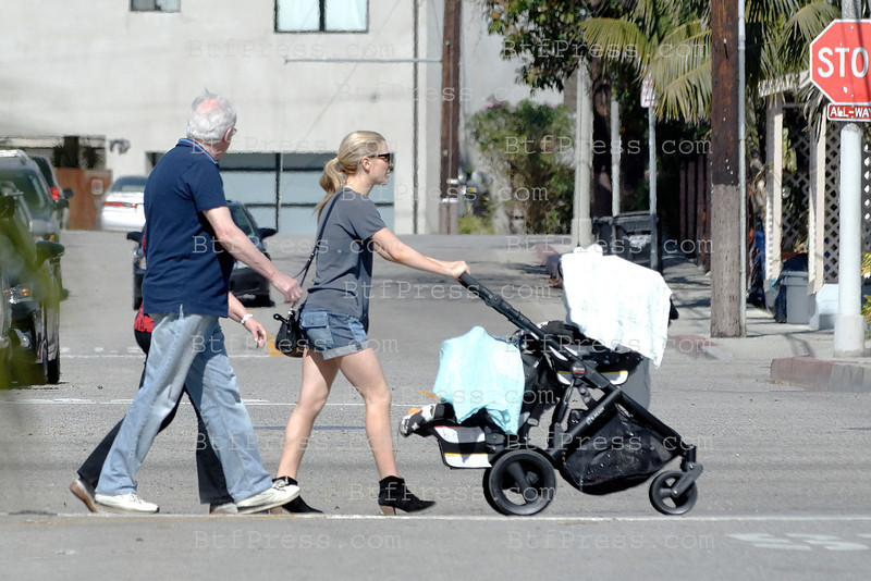 Anna Paquin and her twins take a walk in Venice with Stephen Moyer,Liliac and Stephen's parents.