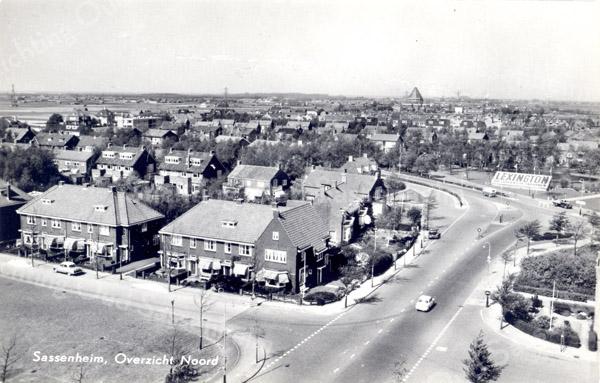 An0018 <br /> Opname luchtfoto vanaf de flat van Schulte & Lestraden kijkend in noordelijke richting. Vooraan links de Molenstraat, midden rechts het kruispunt Parklaan/Van Pallandtlaan, op de achtergrond de kerk van HH Engelenbewaarders in Lisse. Bebouwing voor de kerk is de Ter Leedelaan en de Vogelenbuurt. Rechts een mozaïek van Lexington. Foto: begin jaren '60.