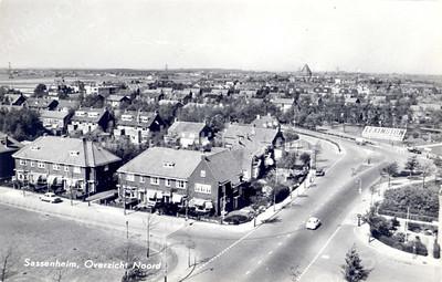 An0018 <br /> Opname luchtfoto vanaf de flat van Schulte & Lestraden kijkend in noordelijke richting. Vooraan links de Molenstraat, midden rechts het kruispunt Parklaan/Van Pallandtlaan, op de achtergrond de H.H. Engelenbewaarderskerk in Lisse. De bebouwing vóór die kerk is de Ter Leedelaan en de Vogelenbuurt. Rechts een mozaïek van Lexington. Foto: jaren '60.