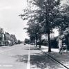 An0070 <br /> Hoofdstraat, gezien in zuidelijke richting, ter hoogte van 'Casa Reale' en aan de linkerkant de bocht naar de Parklaan. Rechts een waarschuwingsbord voor overstekende voetgangers. Foto: 1968.