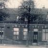 An0039<br /> Het linkerpand staat op de hoek Hoofdstraat/Zandslootkade; hier was bakker K.Kroon gevestigd (later kwam bakker Molenkamp in dit pand en nog weer later bakker Meijer). In het pand rechts woonde de fam. Algera, op Hoofdstraat 69 (oude huisnummering). Bijna elk huis was toen door een ijzeren hek van de straat afgesloten. Let op het bordje rijwielpad.  Foto: ca. 1910.