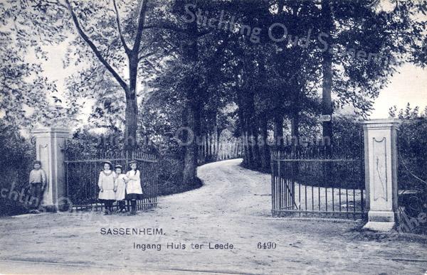 An0086 <br /> De ingang van Huis Ter Leede, zoals die vroeger was gelegen aan de Hoofdstraat. Het gebied tussen de 3e Poellaan tot aan de Molenstraat en vanaf de Hoofdstraat tot aan het water achter het huis behoorde tot het grondgebied van Huis Ter Leede. Foto: ca jaren '20.
