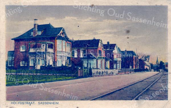 An0079 <br /> Hoofdstraat, gezien in noordelijke richting met de rails van de stoomtram. Links de villa 'Nancy' (1914), dan villa 'Linquenda' (afgebroken in 1985) voor de aanleg van de Koetsiersweg. Daarna villa 'Even Buiten' met het karakteristieke torentje (1905). Verderop de villa 'Transforma' (1889), die in 1907 met een etage is verhoogd en in 1968 is afgebroken. In de verte de toren van de oude R.K.kerk. De kaart is ontdaan van de gehele papierlaag van de adreszijde. Foto: eind jaren '20.