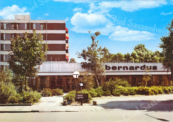 An0036 <br /> St. Bernardus, links (hoge gedeelte) het verzorgingshuis, in het lage gedeelte bevindt zich de tuinzaal. Foto: 1974.